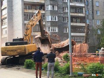 В Екатеринбурге снесли старую водонапорную башню на Сортировке (ВИДЕО)