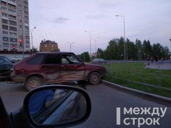 В Нижнем Тагиле у Demidov Plaza столкнулись ВАЗ и иномарка. Есть пострадавший