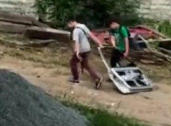 В Нижнем Тагиле разыскивают подростков, которые оторвали дверь от иномарки (ВИДЕО)