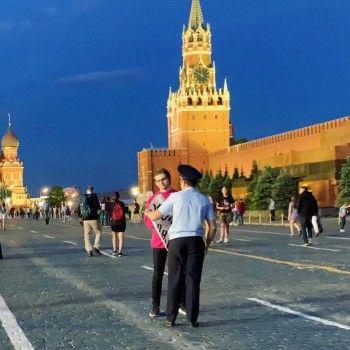 Блогера Руслана Соколовского задержали наКрасной площади заодиночный пикет
