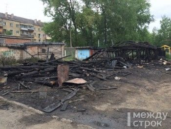 «Оплавились пластиковые окна, треснули стёкла». Жители Нижнего Тагила жалуются на регулярные пожары в бесхозных сараях рядом с жилым домом
