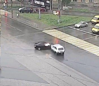 В Нижнем Тагиле на перекрёстке «Нива» протаранила Nissan (ВИДЕО)