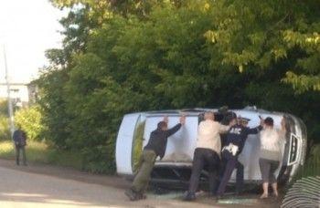 В Нижнем Тагиле после столкновения с «девяткой» Nexia улетела с дороги и перевернулась (ФОТО)