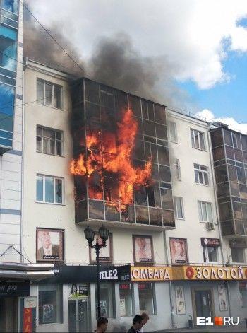 В Екатеринбурге на Вайнера горит памятник архитектуры