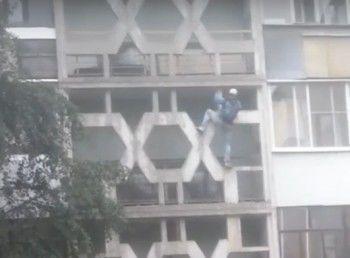 Жители Нижнего Тагила сняли на видео «человека-паука», ползущего по фасаду девятиэтажки