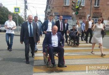 Мэр Нижнего Тагила посадил работников дорожных служб в инвалидные коляски
