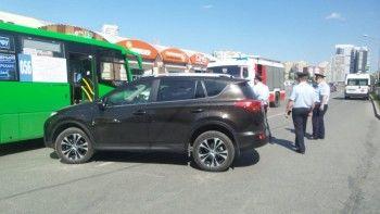 Семь человек пострадали при столкновении рейсового автобуса и иномарки в Екатеринбурге