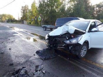На въезде в Серов водитель уснула за рулём и врезалась в столб