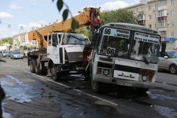 В Челябинске автокран протаранил три автобуса, есть погибшие (ФОТО)