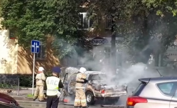В центре Екатеринбурга на ходу загорелся автомобиль (ВИДЕО)