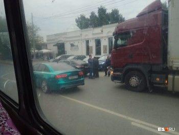 В центре Екатеринбурга грузовик врезался в машину мэра
