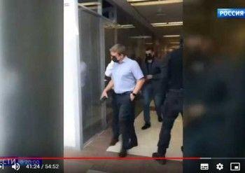 «Россия 1» выдала силовиков вмасках, проводивших обыск вФБК, за«скрывающихся откамер» сотрудников фонда (ВИДЕО)