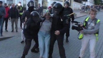 Активистка Дарья Сосновская, избитая полицейским наакции 10августа, госпитализирована