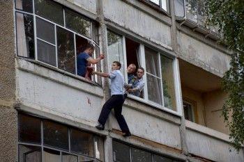 В Саранске пьяный мужчина пытался выбросить с балкона 5-месячную дочь (ВИДЕО)