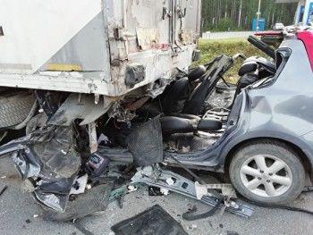 НаСеровском тракте Nissan влетел вприпаркованную фуру, есть погибший