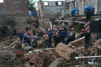 На стройке в Новосибирске обрушилась стена, под завалами могут быть более 10 человек