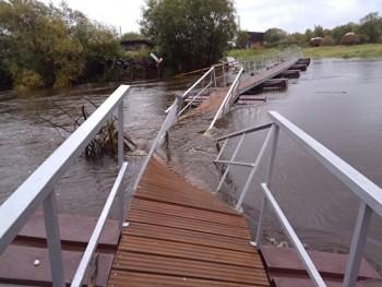 Под Серовом утонул понтонный мост, который мэрия начала строить по решению суда