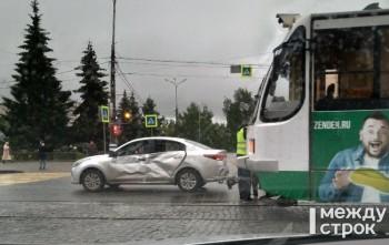 В центре Нижнего Тагила трамвай протаранил легковушку (ВИДЕО)