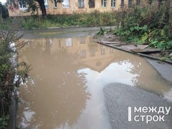В Дзержинском районе Нижнего Тагила жители не могут пройти к детскому саду из-за огромных луж