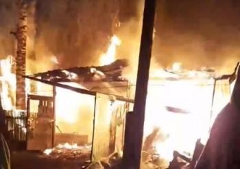Пожарные почти пять часов тушили пожар впосёлке под Первоуральском (ВИДЕО)