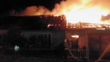 В Нижнем Тагиле за ночь сгорел гараж и две машины, пожарные успели спасти двоих людей