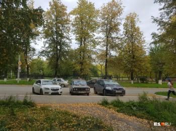 Сотрудники ДПС задержали жителя Серова за просьбу убрать патрульную машину с проезжей части (ВИДЕО)