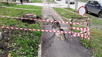 В центре Новосибирска женщина с ребёнком провалилась в яму с кипятком