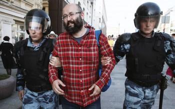 СКР отказал в возбуждении уголовного дела против полицейских, задержавших журналиста Илью Азара