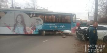 В Нижнем Тагиле трамвай сошёл с рельсов и врезался в легковушку (ВИДЕО)