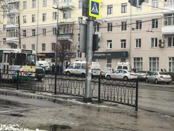 В центре Екатеринбурга мужчина совершил вооружённое нападение на банк, один человек погиб