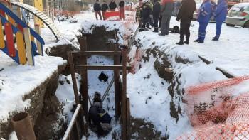 В Екатеринбурге ребёнок травмировался после падения в траншею, вырытую возле детской площадки (ВИДЕО)