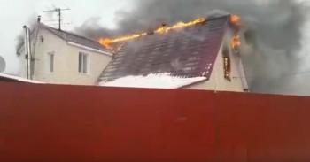 В Нижнем Тагиле из-за короткого замыкания сгорел частный дом (ВИДЕО)