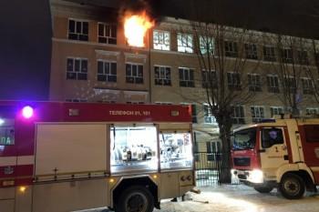 В Екатеринбурге горит школа на улице Белинского (ВИДЕО)