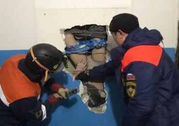 В Якутске мужчина упал в вентиляционную шахту, пытаясь достать валенки, которые он туда уронил