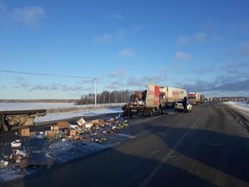 НаТюменском тракте столкнулись грузовики сетей «Магнит» и«Красное и Белое», есть погибший