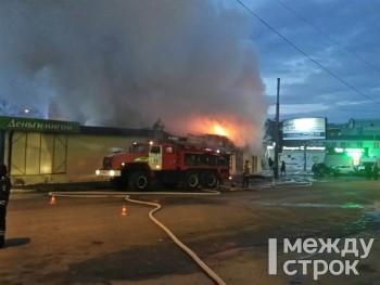 У железнодорожного вокзала в Нижнем Тагиле сгорел торговый павильон (ФОТО, ВИДЕО)