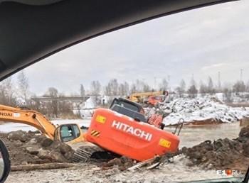 Под Екатеринбургом при строительстве трамвайной линии утонули два экскаватора