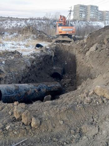 В центре Нижнего Тагила неизвестные пытались украсть чугунную трубу от действующей ливнёвки