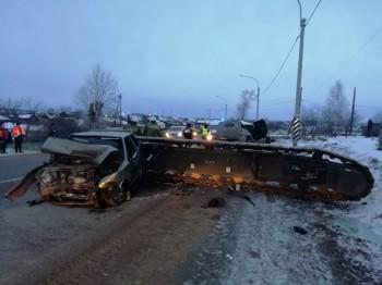 Натрассе Екатеринбург— Курган водителя раздавило упавшей с тягача гусеничнойплатформой