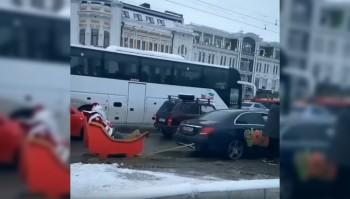 В Казани выписали 5 штрафов за поездку Деда Мороза в санях, запряжённых «Мерседесом» (ВИДЕО)
