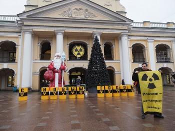 В Санкт-Петербурге восемь полицейских задержали активиста Greenpeace после акции против ввоза урановых «хвостов» из Германии