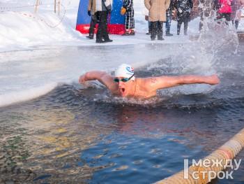 «Это адреналин и драйв». В Нижнем Тагиле прошли соревнования любителей зимнего плавания