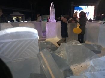 В новогоднем городке Первоуральска глыба льда чуть не придавила ребёнка
