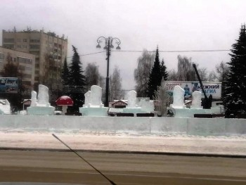 «Это такой художественный замысел». Строители ледового городка в Нижнем Тагиле объяснили, почему скульптуры похожи на надгробия