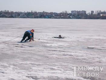 «У нас в Тагиле мало кто так делает». Правила безопасности на льду и советы рыбакам от спасателей