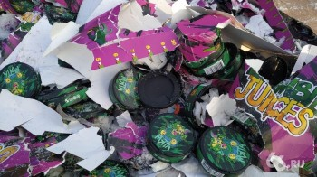 Под Екатеринбургом раздавили бульдозером 10 тысяч упаковок снюса (ВИДЕО)