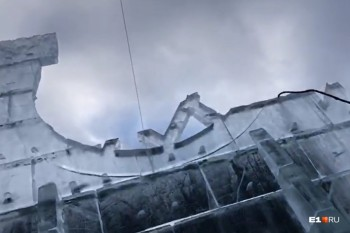 Новогодний городок Екатеринбурга закрыли для посетителей из-за обрушившейся ледяной стены (ВИДЕО)
