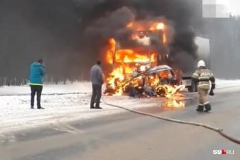 Житель Нижнего Тагила заживо сгорел в своём автомобиле после ДТП с фурой (ВИДЕО)