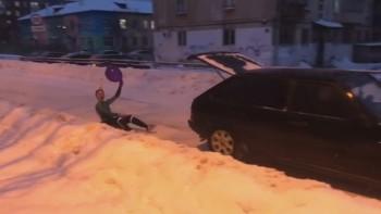 В Нижнем Тагиле 17-летний пранкер устроил гонки на ледянке, прицепившись к автомобилю (ВИДЕО)