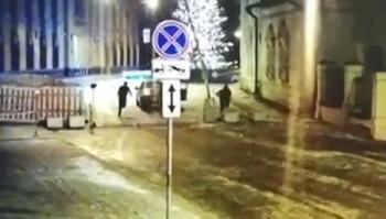 ВМоскве неизвестные попытались протаранить здание МВД наПетровке с помощью автомобиля каршеринга (ВИДЕО)